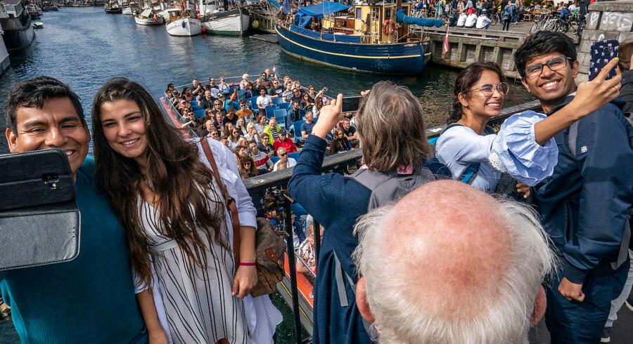 Antallet af turister, der vil have en selfie foran Nyhavn, stiger formentlig i de kommende år. Hos Wonderful Copenhagen er man holdt op med at reklamere for stedet, fordi det alligevel står som nummer et i turisternes guidebøger.