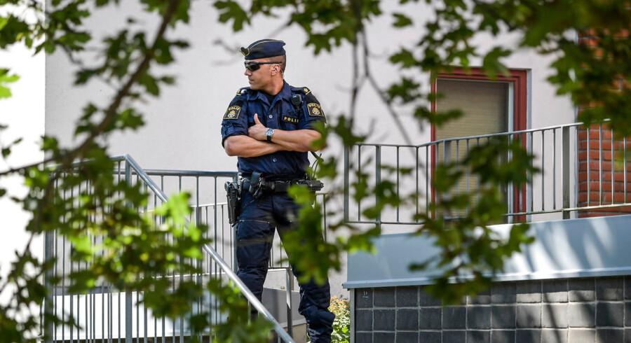 Politiet afspærrede et større område i Vällingby i det nordvestlige Stockholm efter drabet på en 18-årig kvinde natten til onsdag.
