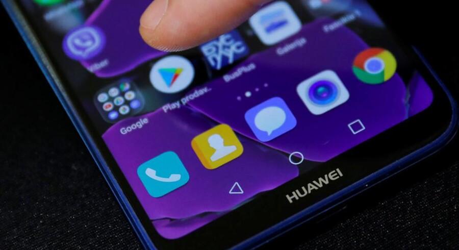 Alle Huaweis telefoner har Googles Android-software, og det kan de stadig have, men det bliver uden alle Googles apps og adgangen til dem gennem Google Play-netbutikken, og det rammer Huawei hårdt.