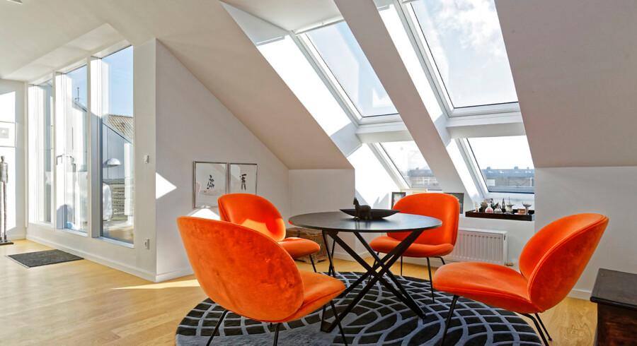 Spisebordet til dagligt brug eller til få gæster kan reguleres i højden. Stolene er fra Gubi og det orange velourstof fra Boelskifte Interiør & Design.