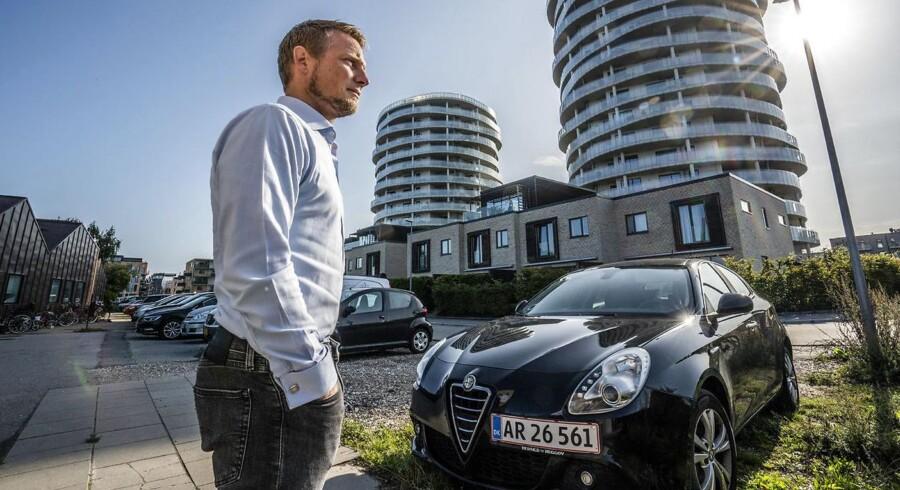 Alexander Schnohr ved en af de endog meget eftertragtede p-pladser på Rundholtsvej på Islands Brygge.