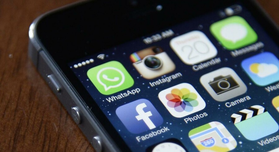 Sikkerhedshuller i Apples styresystem iOS på iPhone-telefoner og iPad-tablets har gjort det muligt for hackere at skaffe sig adgang til alt uden folks vidende. Arkivfoto: Andrew Gombert, EPA/Ritzau Scanpix