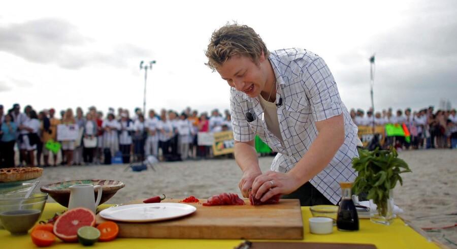 »Den britiske TV-kok Jamie Oliver har haft stor succes med sin bog om at lave mad på under 30 minutter – og senest helt ned til 15 minutter. Yderst tillokkende koncept for de stressede hjemmekokke. Det koncept satte Madmagasinet på DR sig for at teste, og selvom opskrifterne var glimrende, var det fuldstændig umuligt at nå inden for tidsrammen,« skriver en række debattører.