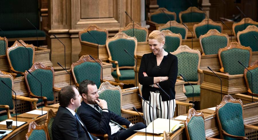 Martin Henriksen (DF), Jakob Ellemann-Jensen (V) og Inger Støjberg (V) i folketingssalen.