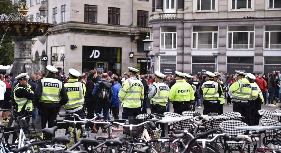 Det er helt afgørende, at der bliver taget hånd om de sager, der stiller spørgsmålstegn ved kulturen hos politi- og anklagemyndigheden således, at dårlige enkeltsager ikke får lov til at danne præcedens, men klart og tydeligt bliver håndteret og får konsekvenser, skriver Jacob Mchangama. Her er politiet på gaden for at holde øje med fans fra Røde Stjerne inden Champions League-kampen imod FC København 13. august 2019.