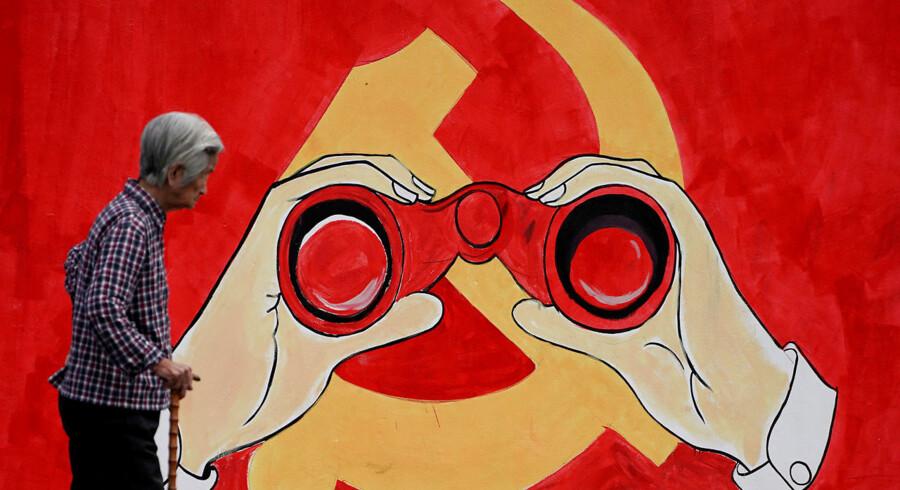 Det kommunistiske styre holder dagligt øje med uighurerne, hvilket inkluderer overvågning af »mistænkelige aktiviteter« som at gro et skæg eller at holde op med at drikke og ryge. Det seneste sikkerhedsbrud i iPhones er derfor en forlængelse af den overvågning, som Kina udsætter sine etniske mindretal for.