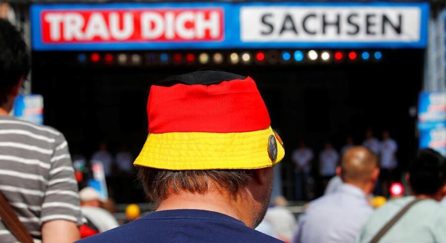 Søndagens delstatsvalg i Brandenburg og Sachsen endte som en triumf for det indvandringskritiske højreparti Alternative für Deutschland. På billedet lytter en AFD-tilhænger til politiske taler ved et valgarrangement 25. august.