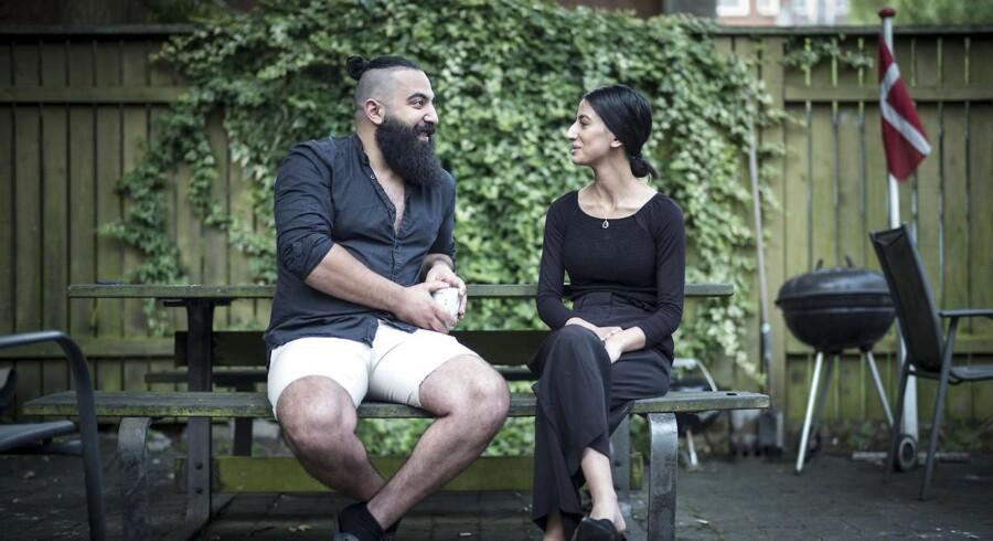 Tusindvis af flygtninge i Danmark får i disse måneder tilsendt et brev fra Udlændingestyrelsen, da deres opholdsgrundlag skal vurderes på ny. Det gælder også Bashar Jassim Al Kim, der er 26 år gammel og har boet i Danmark i næsten 20 år. Han taler godt dansk, tager en uddannelse, er blevet gift og bor i Vejle med sin hustru, Rafel Al Shamri. Men nu åbnes hans sag på ny og han risikerer at skulle tilbage til Irak.