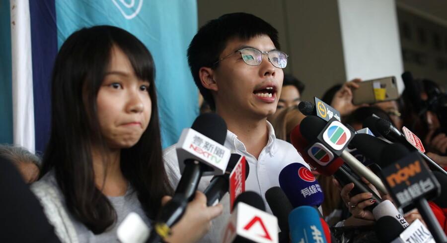 »Svigt os ikke!« Det var budskabet fra Hongkong-studenterlederen Joshua Wong (th.), der tirsdag aften sendte et åbent brev til kansler Merkel. Torsdag indleder kansleren et besøg i Kina. Wong ses her ved siden af en anden af de højprofilerede studenterledere, Agnes Chow.