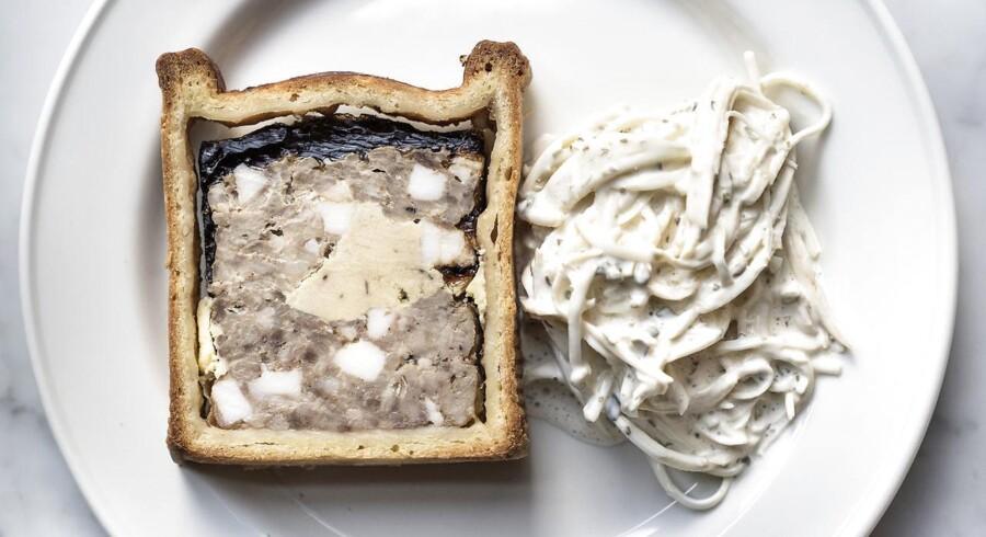 Der var tale om en klassisk pâté en croûte - altså indbagt i mørdej - i en meget grov udgave lavet på kanin med indlæg af foie gras. Der var masser af spæk i kaninpâtéen, og sådan skal det være, for det er fedtet, som binder sagerne sammen.