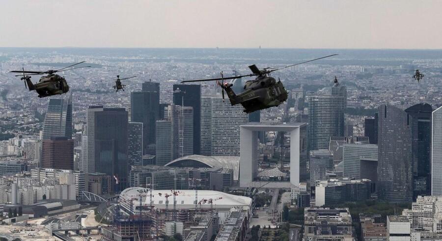 Franske og tyske militærhelikoptere flyver over Paris under en øvelsesflyvning tre dage før Bastilledagens militærparade. Europæerne har længe fantaseret om at stå for egen sikkerhed, men når det ikke er blevet til noget, så er det fordi, det er uendeligt dyrt. Og amerikanerne betaler størstedelen af gildet.