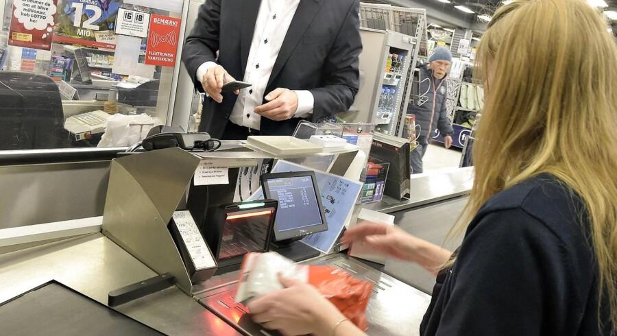 I stedet for at lade kassedamen betale til de ikke-arbejdende på kontanthjælp eller integrationsydelse, bør regeringen læse Berlingskes nuancering fra 2. september, hvor det fastslås, at det er i bunden af indkomstskalaen, at den største indkomststigning er sket i de senere år, skriver Suzanne Ekelund.