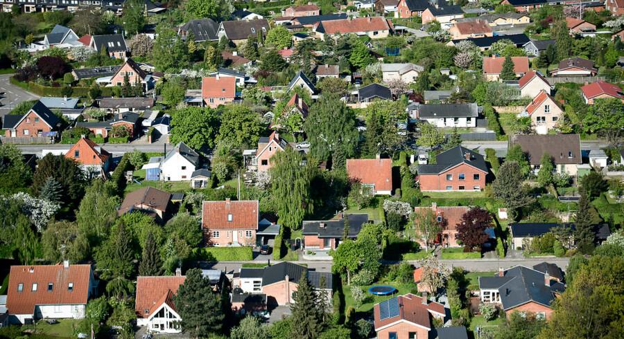 Den lave rente har fået omkostningen ved at eje et hus til at falde til det laveste niveau i årtier.