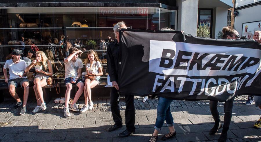 """""""Forsvar vores velfærd""""-demonstration. """"Den 14. september er """"sorte onsdag"""". Den dag hvor mange københavnske kontanthjælpsmodtagere vil få besked på, hvor meget de mister i ydelser og boligstøtte. Sørgemarch fra Rådhuspladsen gennem Strøget til Kongens Nytorv og retur."""
