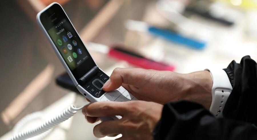 Øjnene bedrager ikke: Det er en ægte klaptelefon, en klassiker fra Nokias arkiv, som nu har fået en overhaling og er klar igen i let nydesignet form. Nokia 2720 Flip er seneste ikoniske fund, som nu får nyt liv hos finske HMD Global, der for et par år siden overtog produktionen af Nokia-telefoner. Nu kan den sågar bruge Google Assistent. 2720 Flip kan fra oktober købes i Danmark for 799 kroner. Foto: Felipe Trueba, EPA/Ritzau Scanpix