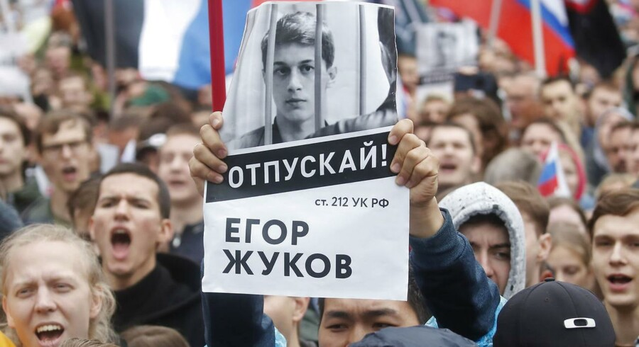 Jegor Sjukov er et af de nye ansigter på russiske protester mod Vladimir Putins undertrykkelse af demokratiet. Her bæres et foto af den unge aktivist frem under en demonstration i Moskva 10. august. Foto: Ritzau / Scanpix / Reuters / Maxim Shemetov