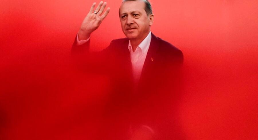 Tyrkiet fortsætter angiveligt med at kontrollere sine borgere, også selv om de befinder sig langt fra hjemlandet og præsident Recep Tayyip Erdogan. Berlingske kan fortælle, at der findes en stikkerlinje, som man kan benytte til at angive landsmænd. Arkivfoto: Ozan Kose/AFP/Ritzau Scanpix
