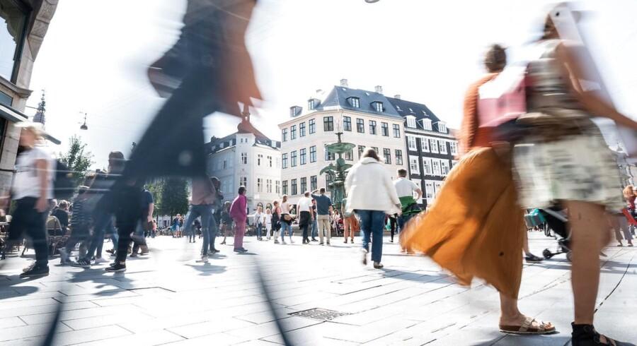 Der er stadig fart på, når danskerne handler ind på Strøget i København. Men når det gælder eksempelvis tøj, køber vi stadig mere ind på nettet, og det er med til at give en meget lav inflation i Danmark i forhold til de andre lande i EU.