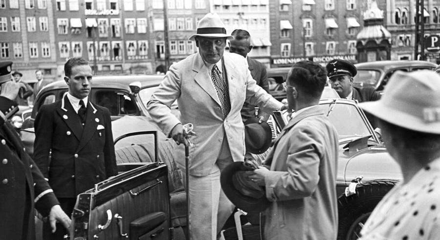 Den tyske nazist Hermann Göring aflagde i sommeren 1938 et besøg i København. Her ankommer han til Hotel d'Angleterre. Dansk presse flød over med positive reportager om Göring, som inderligt glædede nazisterne.