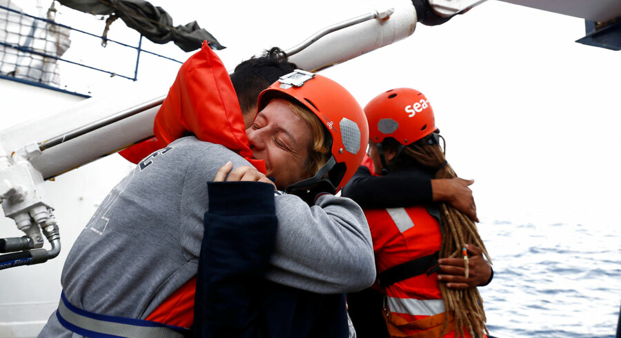 Der blev krammet på det tyske NGO-skib »Alan Kurdi«, efter at Malta accepterede at tage imod migranterne om bord. Nu tyder alt på, at havneblokaden på såvel den lille middelhavsø som i Italien snart er fortid.