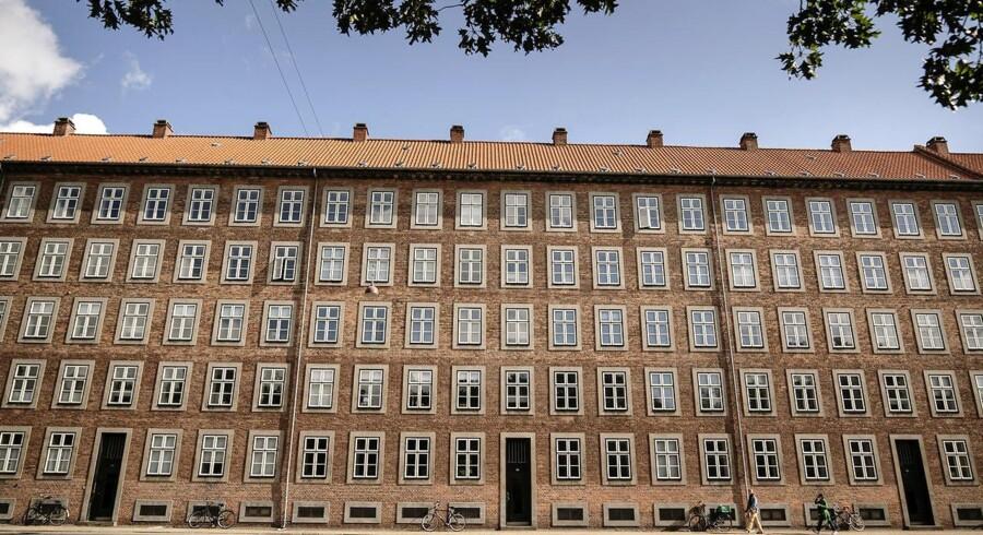 200 meter facade, over 400 vinduer og 10 smalle, høje døre. Enkelt – og alt det modsatte af kedeligt.