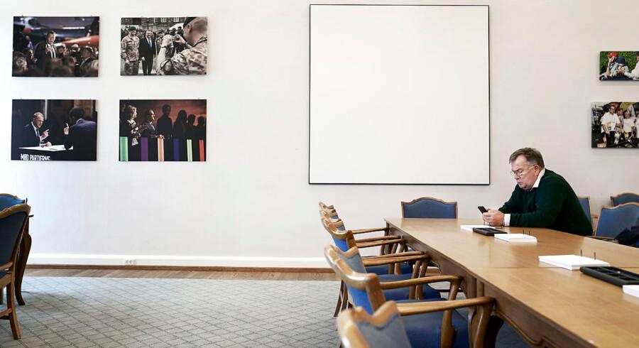»Jeg sætter en ære i at sidde længst væk fra de fine,« siger Claus Hjort Frederiksen, der gennem alle sine år i Folketinget har haft en fast plads i Venstres gruppeværelse. En plads langt væk fra den ende, hvor partitoppen sidder.