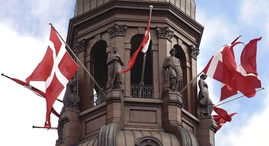 »Vi skal have nationalflag foran vores parlamenter, og når vi har besøg fra udlandet, har vi deres nationalflag, men selvfølgelig skal man ikke flage med alle mulige mærkelige flag, som man har indledt med nu,« siger Søren Espersen. På fotoet bliver der flaget på halv stang fra Christiansborg. (Foto: Jens Nørgaard Larsen/Scanpix 2010)