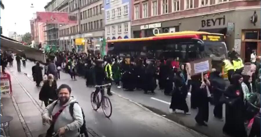 Bus 3A stødte tirsdag i sidste uge sammen med et shiamuslimsk optog på Nørrebrogade i København. Foto fra videooptagelse.
