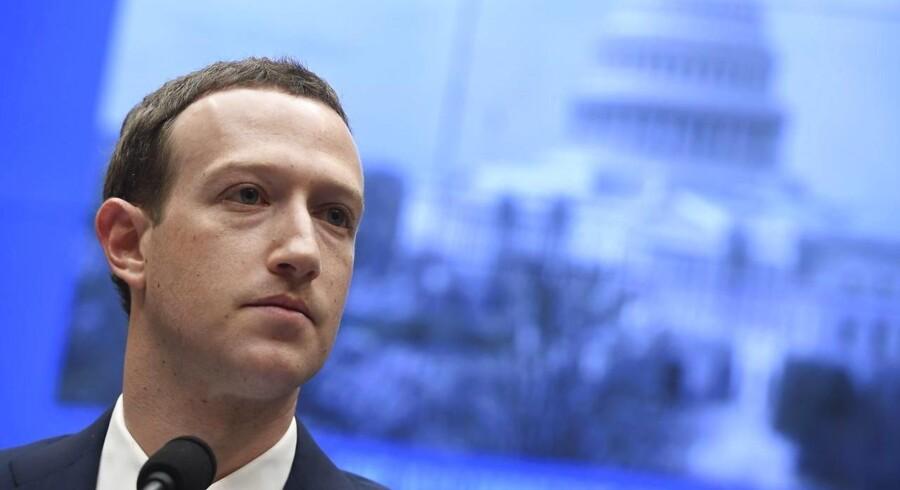 »Det er rigtigt, at Facebook har gjort fremskridt, men der vælter stadig skeletter ud af skabene – senest med en afsløring af, at optagelser af samtaler fra Facebook-appen Messenger er blevet sendt videre til eksterne firmaer, som lyttede dem af og skrev dem ud,« skriver Pierre Collignon. Her grundlægger af Facebook, Mark Zuckerberg, under en høring i den amerikanske kongres sidste år. Foto: Saul Loeb