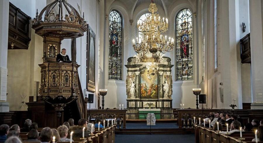 »I Danmark registrerer vi ikke befolkningen efter religion, og derfor kan vi heller ikke sige noget sikkert om indvandreres og efterkommeres religiøse baggrund. Men de mest kvalificerede beregninger viser, at der er ca. lige så mange kristne (40 pct.) som der er muslimer (39 pct.). De resterende har baggrund i andre religioner eller livssyn,« skriver Søren Dalsgaard.