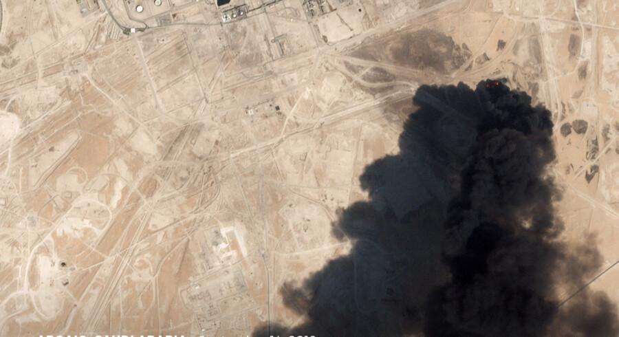 Satellit-foto af et øjensynligt droneangreb på  Aramco olieanlæg i Abqaiq, Saudi-Arabien lørdag.  Tysklands udenrigsminister, Heiko Mass, siger, at angrebene i Saudi-Arabien har øget faren for, at der vil ske en yderligere eskalering af den farlige situation, som har ført til en historisk stigning på oliepriserne. Planet Labs Inc/Reuters