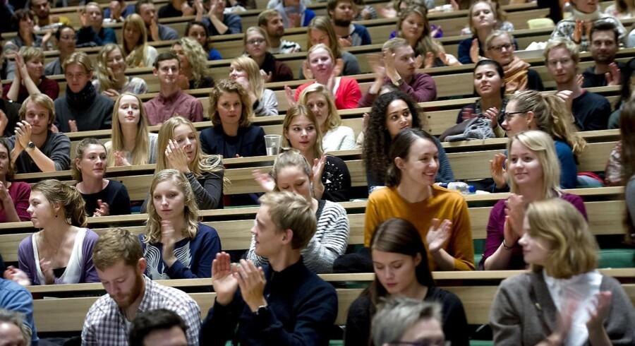 I Storbritannien beretter en række akademikere, at de bliver intimideret af studerende, herunder i form af klager og forsøg på no-platforming, altså en slags studenterboykot, hvis de udtaler sig på en måde, der kan udlægges som »transfobisk«, og at deres universiteter ofte er på de studerendes side, skriver Jacob Mchangama. Også på Københavns Universitet stikker identitetspolitikken hovedet frem.
