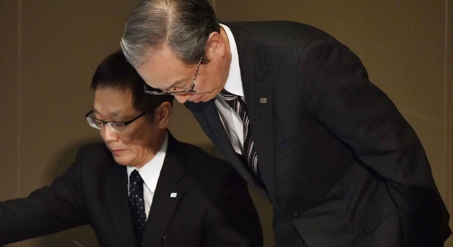 Toshiba-topchef Satoshi Tsunakawa bukker ved afslutningen af den pressekonference i hovedkontoret i Tokyo i juledagene, hvor han berettede om udsigten til en ny milliardnedskrivning i Toshiba. Arkivfoto: Kazuhiro Nogi, AFP/Scanpix