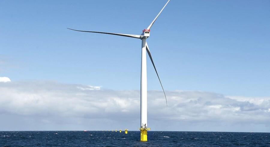 Arkivfoto af Vindmølle. Verdens ældste havvindmøllepark, som ligger ved ved Vindeby, er på vej på pension - vindmøllerne er simpelthen blevet for små, i forhold til nutidens standarter. Vindmøllerne har været i drift siden 1991.