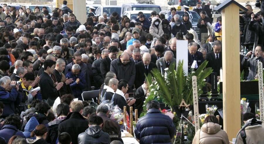 Pårørende til de døde holdt et minuts stilhed for de 15.850 døde og de 3.287, der stadig er savnet.