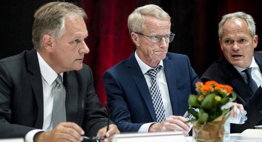Aktionærerne og bestyrelsen ved Vestjysk Bank vedtager aktieudvidelsen, der sikre banken 745 millioner kroner, til ekstraordinær generalforsamling. Her ses adm. bankdirektør Jan Ulsø Madsen og bestyrelsesformand Vagn Thorsager og dirigent Tomas Haagen.