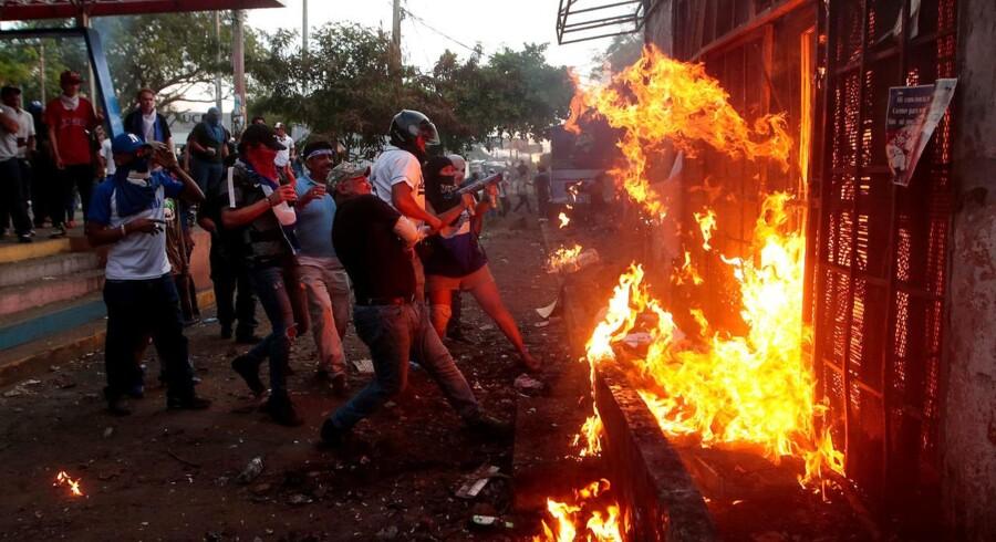 Demonstranter sætter ild til radiostationen i Sandinista i Nicaragua. Sammenstød med politiet er taget voldsomt til i de seneste dage.