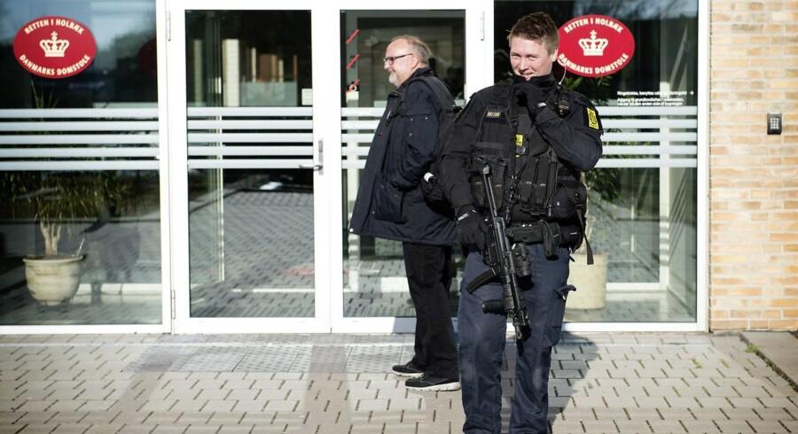 PLUS-historie. En 17-årig pige nægter sig skyldig i anklager om at skulle have planlagt bombeangreb mod to skoler på Sjælland. Det var tomme trusler, forklarede hun i retten. (se Ritzau historie 191638) Sagen mod en ung kvinde fra Kundby anklaget efter terrorparagraffen. Retten i Holbæk.. (Foto: Nils Meilvang/Scanpix 2017)