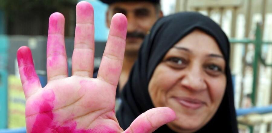 Valget består af to valgrunder, der finder sted 18. og 19. oktober og 22. og 23. november. I denne uge er det vælgerne i 14 forskellige regioner, der skal afgive deres stemmer. Herunder Egyptens næststørste by, Alexandria, ved Middelhavskysten og Giza, en provins, der omfatter en del af Egyptens hovedstad, Cairo. Billedet stammer fra et valgsted i Giza, hvor en kvinde netop har stemt.