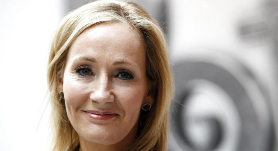 Et teatermanuskript, en film og en illustreret udgave af Harry Potter-serien er noget af det, der har fået JK Rowling tilbage på tronen som verdens rigeste forfatter.