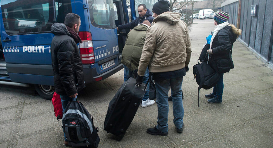 Mandag d. 4. januar 2016- - Grænsekontrol indført - Danmark indførte kl 12.00 grænsekontrol for at dæmme op for flygtninge. Her asylansøgerer der er stoppet på Padborg Station - nogle søgte asyl andre var illegale migranter.