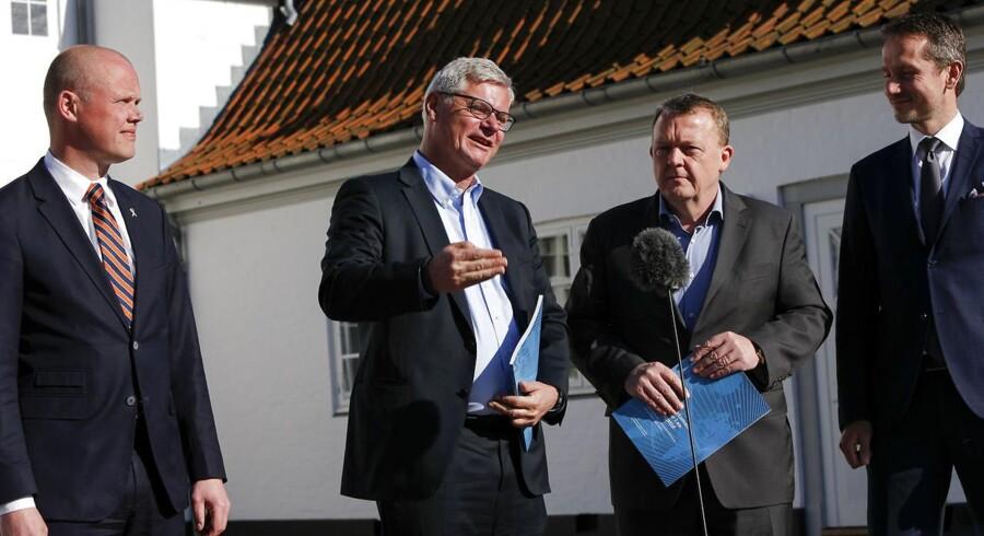 Regeringen får overrakt udenrigspolitisk udredning på Marienborg.