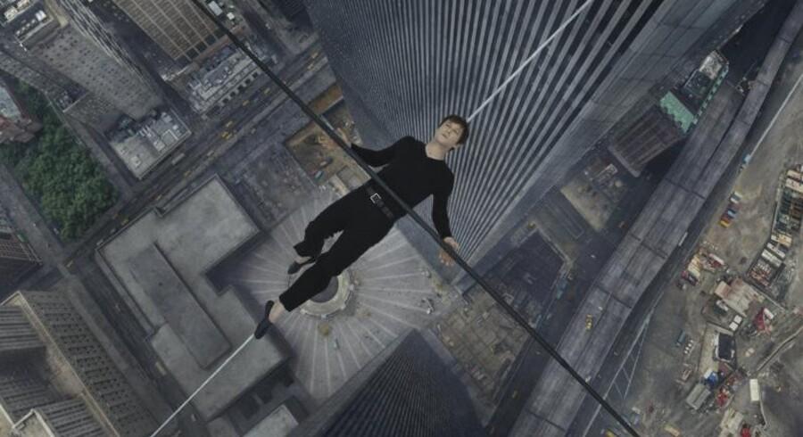 Scenen med Philippe Petit (Joseph Gordon-Levitt) liggende på linen mellem de to tvillingetårne i New York er ikonisk. Det er filmen desværre ikke.