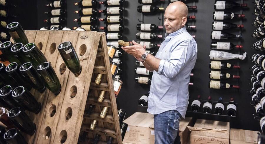 Thomas Clausen driver Fine Wine Invest, en slags invessteringsforening for vin. Han er fotograferet i sin private vinsamlig i Køge.