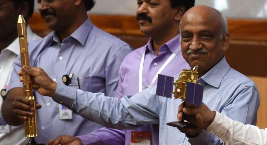 Formand for Indian Space Research Organisation (ISRO) Kiran Kumar Rao viser modeller af CARTOSAT-2 og Polar Satellite Launch Vehicle (PSLV-C37).
