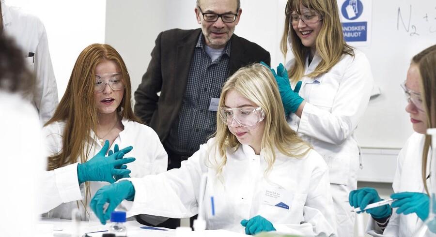 ARKIVFOTO: Elever fra 9. klasse på Trongårdsskolen i Lyngby var onsdag den 30. november 2016 på besøg hos kemivirksomheden Haldor Topsøe i Lyngby til Girls' Day in Science. Her prøvede de kræfter med at producere ammoniak til kunstgødning.