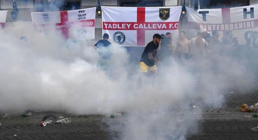 Fransk politi kaster tåregas tilbage mod britiske fodboldfans i Marseille.