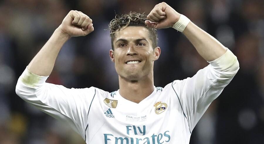 Cristiano Ronaldo udskfiter Real Madrids hvide trøje med den sort-hvide Juventus-trøje, men det vil italienske Fiat-ansatte ikke være med til at betale for. / AFP PHOTO / Update Images Press / Isabella BONOTTO