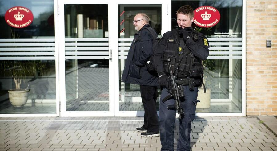 Gennem hele retssagen mod den nu 17-årige pige har der været heftig sikkerhed omkring Retten i Holbæk, hvor tungt bevæbnet politi har stået vagt iført skudsikre veste.