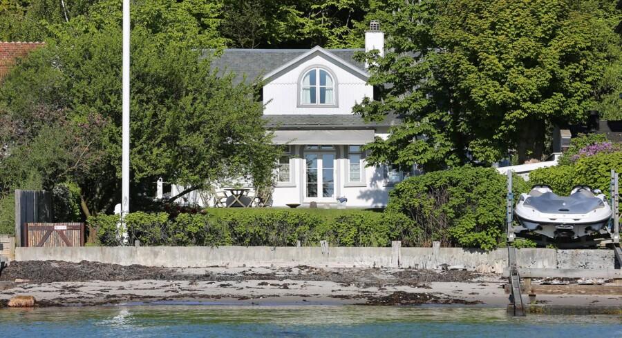 Prisen lyder på 25 millioner kr., og bag udbuddet står ejendomsmægler Kristian Lützau, der også solgte dem deres nye 65 millioner kroners-hjem.
